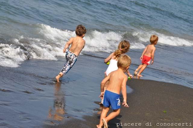 bimbi che giocano in spiaggia