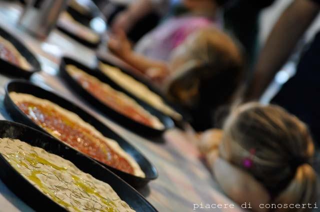 impastare pizza con i bambini
