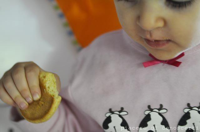 mangiare biscotti bambini