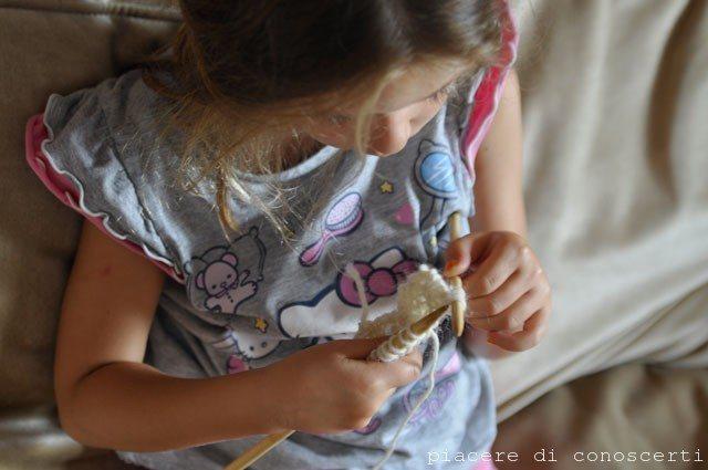 bambini che lavorano a maglia